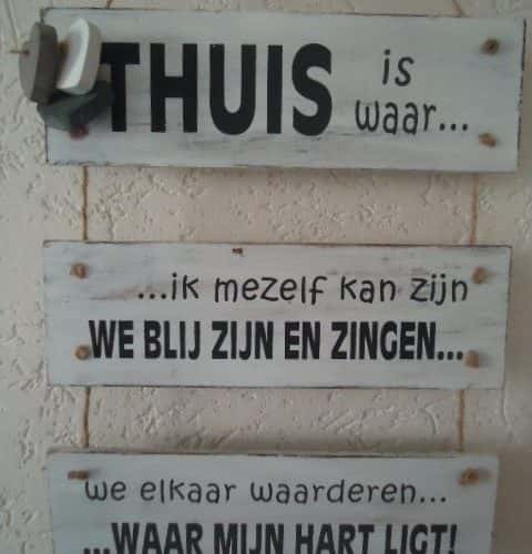 Tekstbord Thuis is...