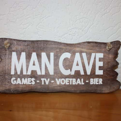 Bordje hangend: Man Cave -  Games-TV-Voetbal-Bier